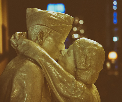 Kiss by the Milwaukee Depot in Minneapolis